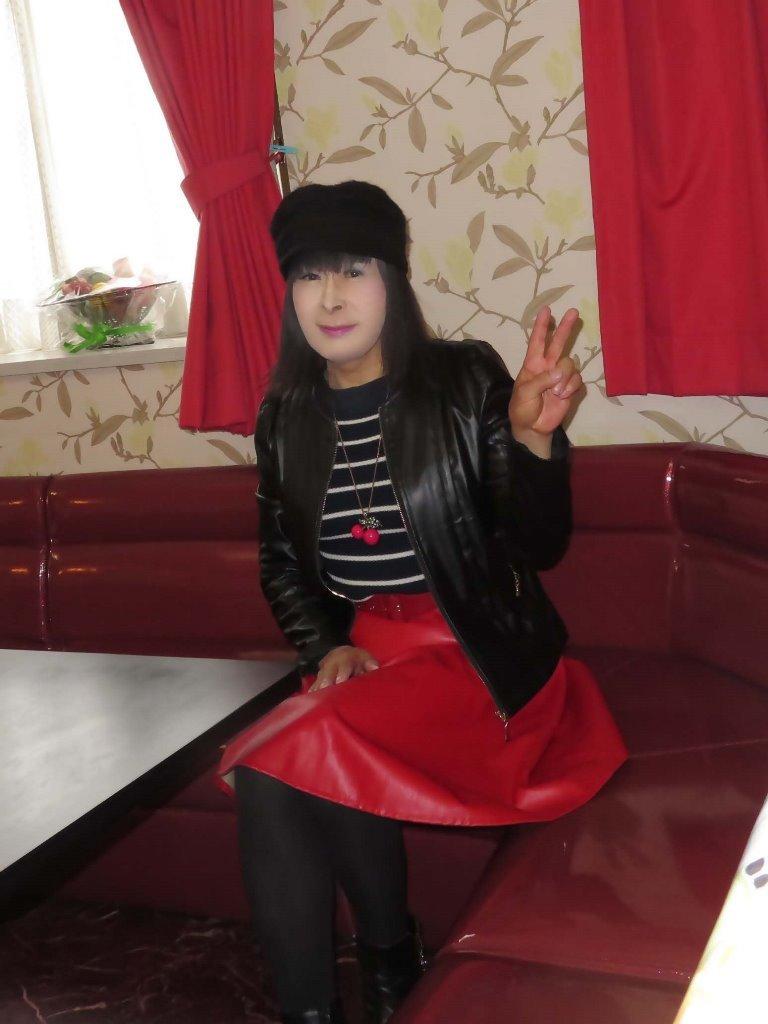 黒レザージャケット赤レザースカ帽子カラオケ(6)