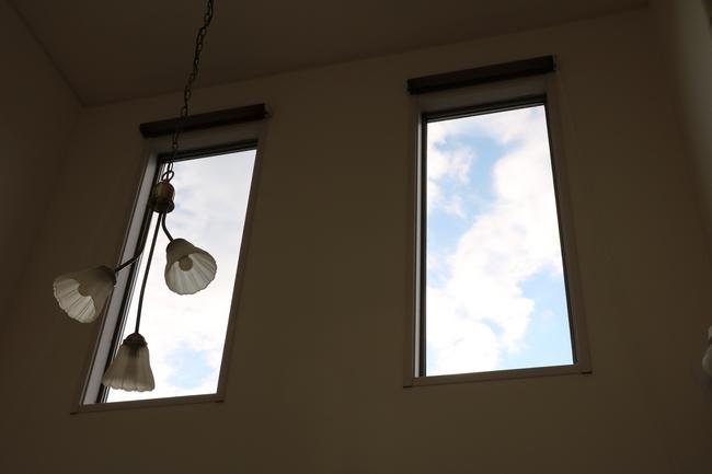 吹き抜け窓と時計 002