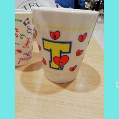 201912292002010f9.jp<br /><br />推しメン V のキャラクター TATA の マグカップ 買ってきました。<br /><br />ことしもあと 2日    明日は 金沢から 息子夫婦と 孫のコウ君が 来ます。<br />楽しみだけど 大変~~~~<br /><br />明日まで仕事です<br />31は おせち料理作ります。  掃除は スル~~~~する!!!<br /><br /><span style=