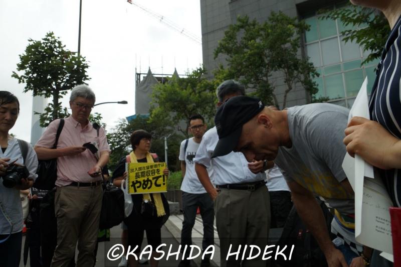 東京入管前で支援者にお礼を述べるサファリさん