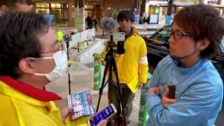 黄色ジャンパーのN国党選挙員に、水色ジャンパーのしょぼい政党が乱入!