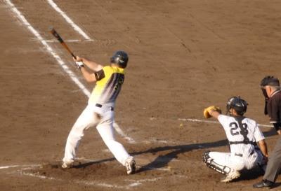 P625487794回裏この回トップの4番藤森が右越えエンタイトル二塁打を放つ