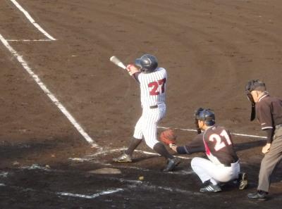 P6295098 球楽會3回裏1死満塁から3番が右中間3点三塁打を放ち3対1と逆転放ち