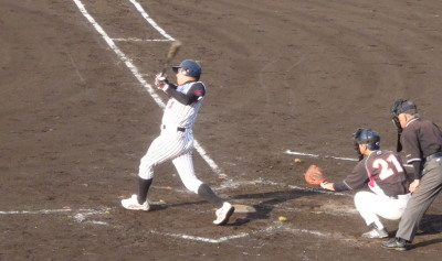 P6295149 球楽會4回裏無死一、二塁から1番が左中間2点二塁打を放つ