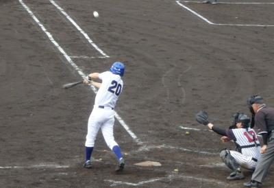 P6295178 熊本市教組5回表1死一塁から5番が右翼線二塁打を放ち二、三塁とする
