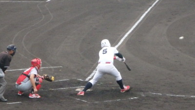 P7055273 続く3番の時、一走が二盗後3番が右中間二塁打を放ち1点追加