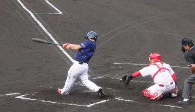 P7125572 保証協会1回裏1死満塁から5番が左越え満塁本塁打を放ちあっさり逆転 高いフェンスを越える