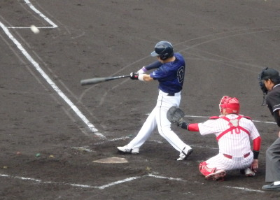 P7125596 保証協会2回裏1死一塁から1番が中越え二塁打を放ち1点追加