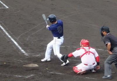 P7125643 保証協会3回裏1死一、三塁から1番が右越え3点本塁打を放つ これも出かかった