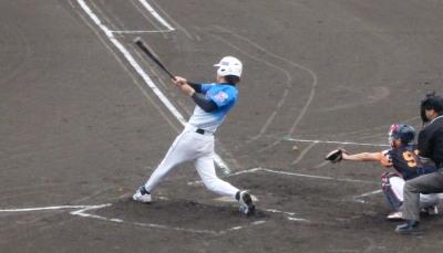 P7240302 次の7番上村が中越えエンタイトル二塁打を放ち1点先制