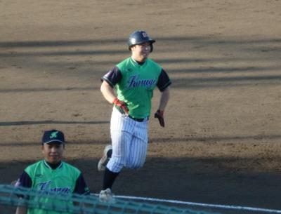 P7300617 続く4番も左越え本塁打を放つ(高い方のフェンスを越えた)