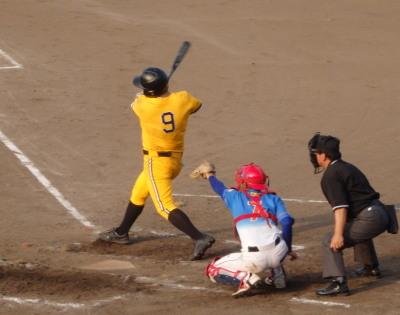 P7310720 丸乃屋4回表無死一、二塁から3番が左翼線二塁打を放ち1点返す