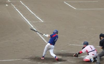 P8020970 体育堂B3回裏1死三塁から3番が右中間二塁打を放ち1点返す