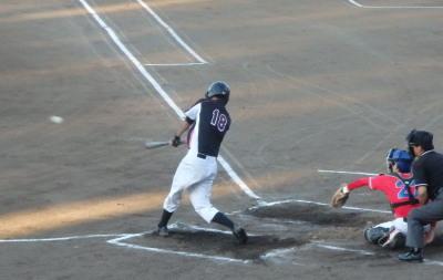 P8031039 南国殖産1回裏2死一塁から6番が中越え二塁打を放ち二、三塁とする