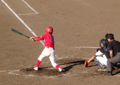 P8031107 7番が左越え二塁打を放ち1点返す