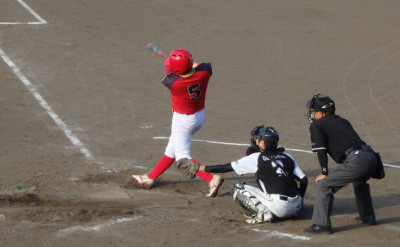 P8051312 H・プラン3回表1死二、三塁から3番が2点中越え三塁打を放つ(19点目)