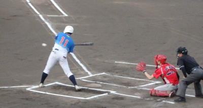 P8091445 炭焼きよた1回表1死三塁から3番は三振 この時三走が飛び出しており、三本間に挟まれるもボールが走者に当たり跳ねる間にホームイン、ラッキーな先制点となる