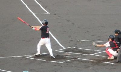 P8171673 1回表上村内科2死二塁から4番が左越え二塁打を放ち1点先制