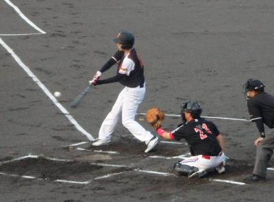 P8171683 1回裏熊本市役所1死三塁から3番が中前打を放ち1対1の同点にする