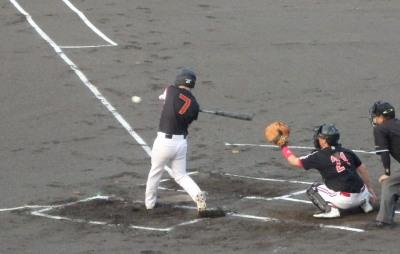 P8171691 1回裏熊本市役所2死二塁から5番の中前打で2対1と勝ち越す