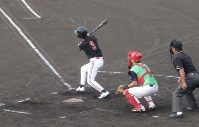 P9022140 上村内科2回表1死二塁から9番が右中間ン塁打を放ち1点追加