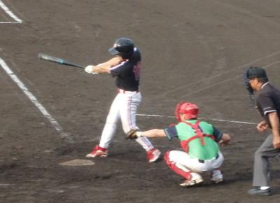 P9022224 上村内科4回裏1死二、三塁から2番が逆転の2点左前打を放つ