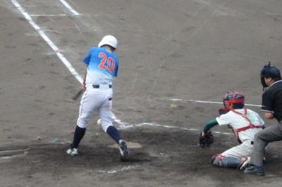 P9112943 次の1番は三ゴロ、ファールゾーンからライン内に入って来たボールをハンブル、一、三塁とする