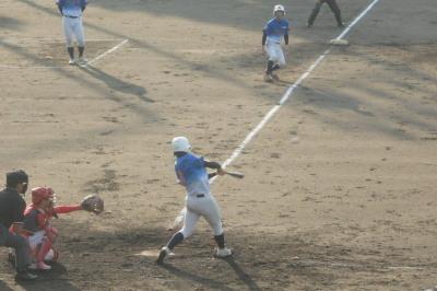 P9133147炭焼きよた5回裏1死三塁から挟殺8番が中越え二塁打を放ち、土壇場で1対1の同点にする