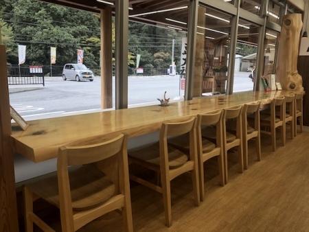 『小さな道の駅 ひよしのさとマルシェ』壁面テーブル