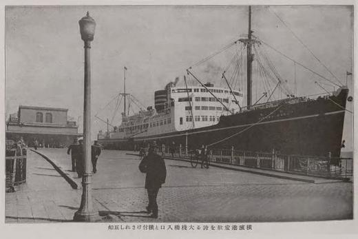 横浜港の巨船2