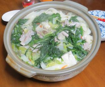 サトイモと葉物の鍋煮込み