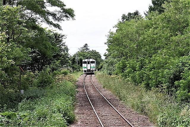 s-㉝鶴沼を去る列車