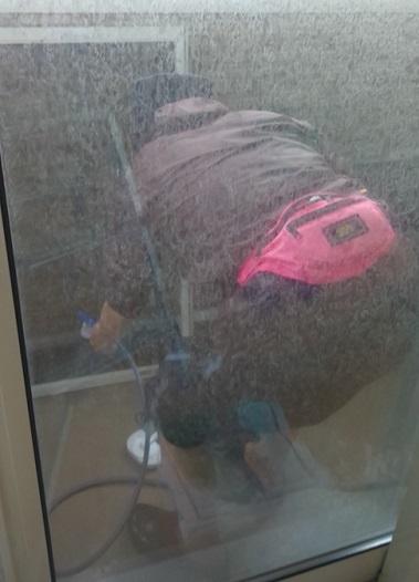 ベランダで網戸を洗う