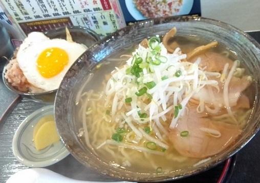 塩ラーメン500円と目玉焼きごはん250円
