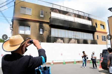 京都アニメーションの前で悲しむ女性の写真がキツすぎると話題に