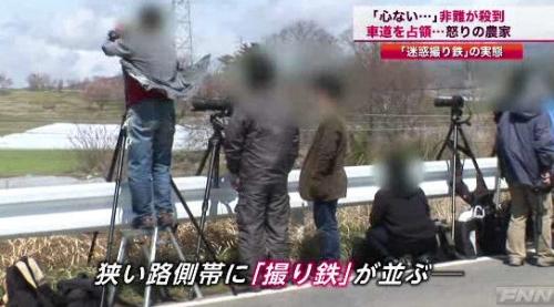 【悲報】撮り鉄さん、電車を撮りたいがため道路を完全封鎖してしまうww