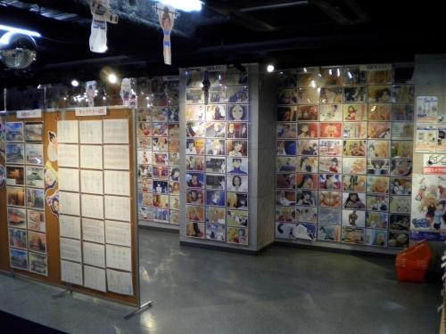 【悲報】 アニメ『ダンベル何キロ持てる?』の展示会、閑古鳥が鳴く・・・なぜオタクは飽きっぽいのか