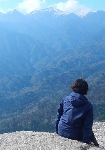雪の宮之浦岳を望む太鼓岩